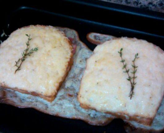 Croque Monsieur (sanduíche gratinado de queijo e presunto)