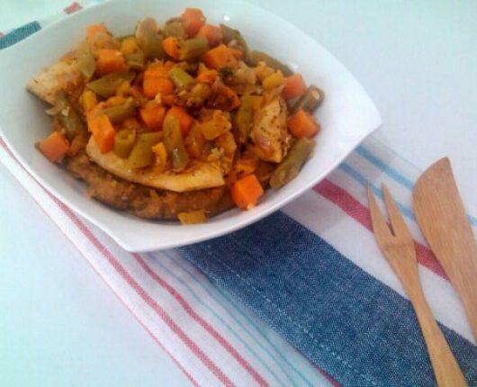 Peixe ensopado com legumes e pirão