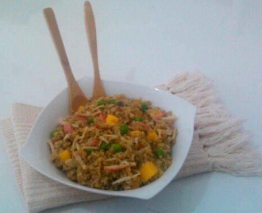 Salada de quinua com manga, ervilhas e kani kama
