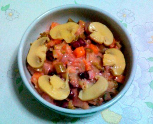 Salada de legumes e champignons com molho de iogurte e mostarda
