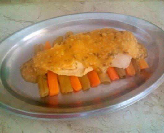 Filé de frango ao molho de mostarda com legumes na manteiga