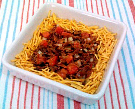 Salada de carne seca com vinagrete e batata palha
