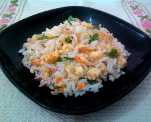 Arroz chop suey ou Yakimeshi (arroz com ovo, presunto, cenoura e camarão)