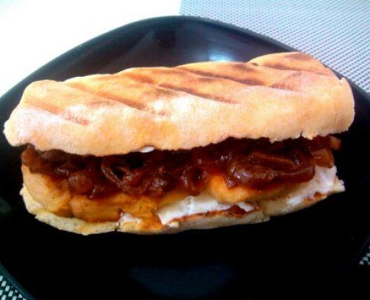 Sanduíche Valparaíso (filé de frango com queijo branco ou cream cheese e cebola caramelizada)