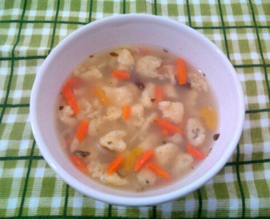 Käse-Spätzle Suppe (sopa alemã/austríaca com bolinhas de massa de queijo)