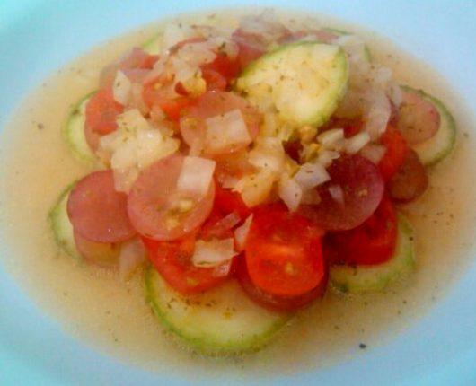 Salada marinada de abobrinha, tomates cereja e uva rubi