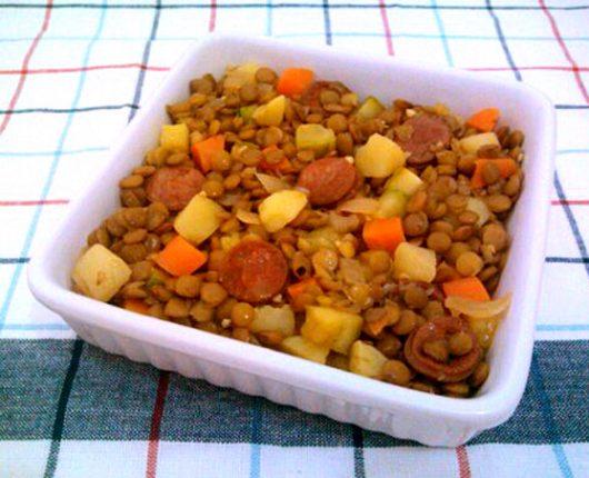 Lentilha com linguiça e legumes