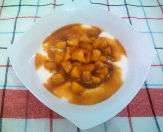 Sobremesa de maçã em calda de laranja com iogurte