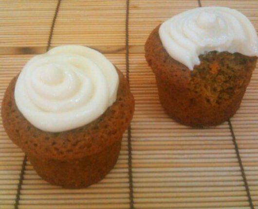 Bolinhos de cenoura com cobertura de cream cheese e baunilha (cupcakes)