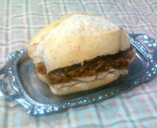 Pan con lagarto asado y cebolla