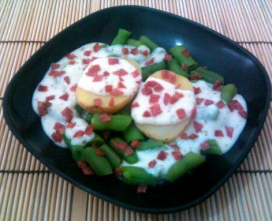 Batata cozida com vagem, creme de queijo e salame