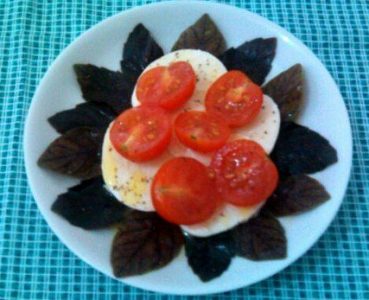 Salada caprese (muçarela de búfala, tomate e manjericão)