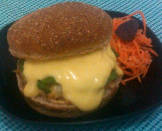 Festival de Hambúrgueres: X-Salada Especial (hambúrguer bovino com toque de alho, queijo estepe, rúcula e honey mustard)