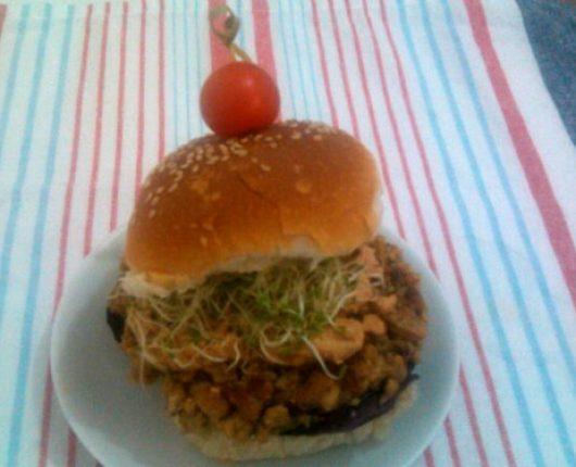 Festival de Hambúrgueres: Natureba (hambúrguer vegano de proteína de soja e funghi com radicchio, broto de alfafa e creme de tofu com páprica)
