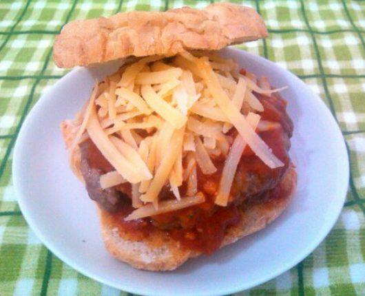 Festival de Hambúrgueres: Italiano (hambúrguer de fraldinha com pepperoni, molho de tomate e parmesão na ciabatta)