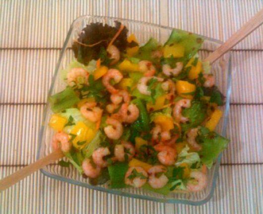 Salada completa de camarão (com folhas verdes, cenoura, ervilhas tortas e pimentão)