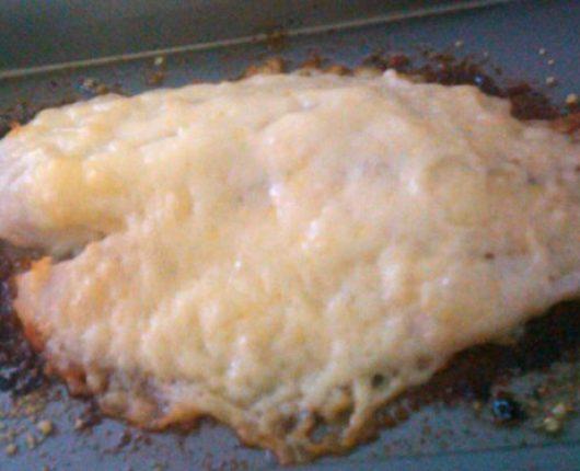 Filé de peixe com queijo derretido no forno