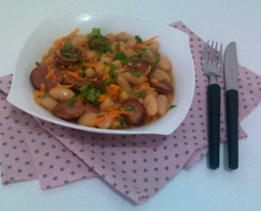 """Cassoulet simplificado (""""feijoada"""" francesa de feijão branco com linguiça, bacon e cenoura)"""